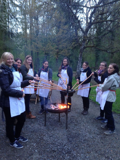 Waldfondue mit Weindegustation / Fondue and wine tasting in the woods